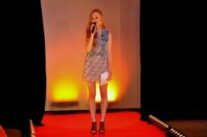 Janina Treis als Moderatorin einer Bikini Modenschau