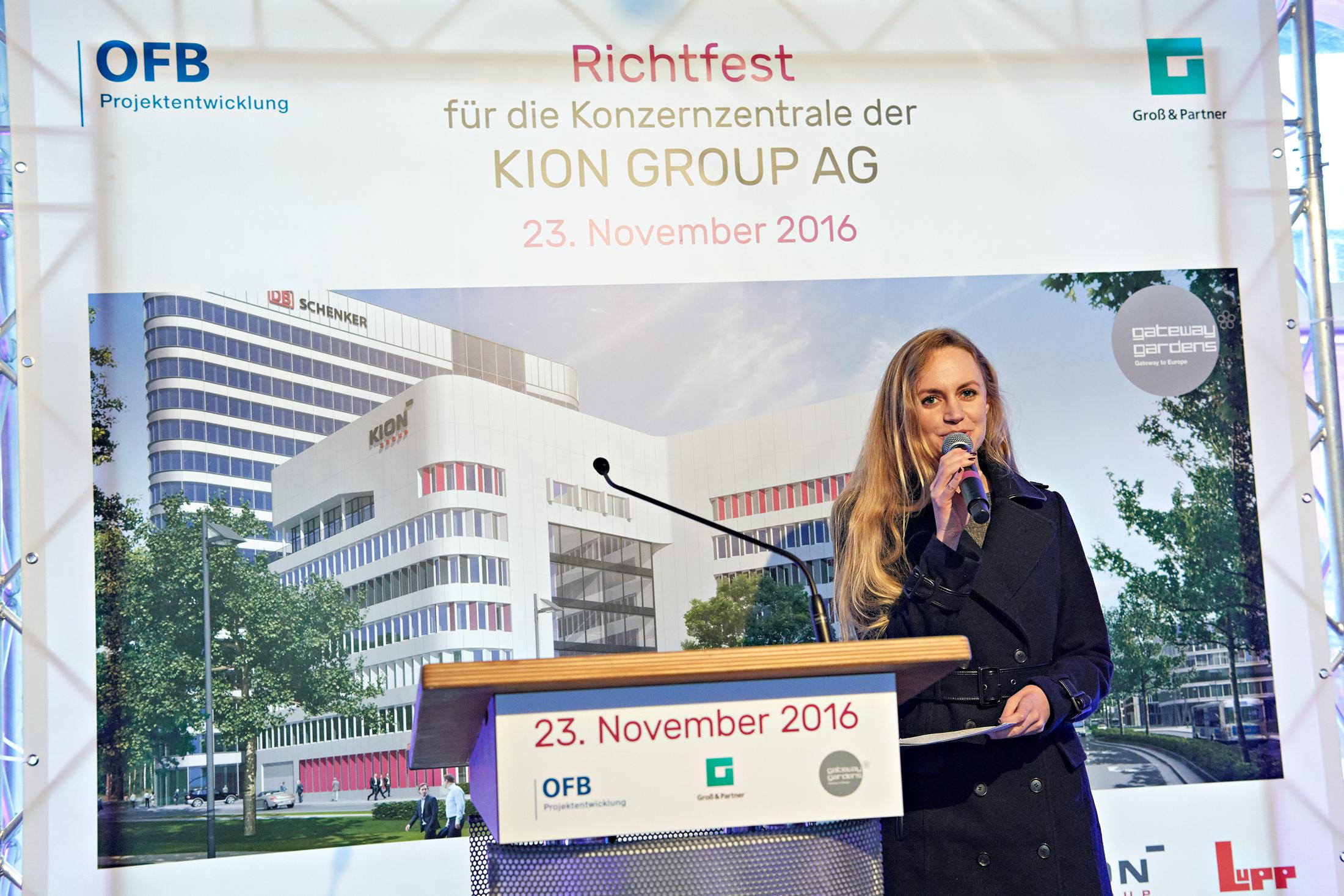 Für die KION Group AG moderierte Janina Treis das Richtfest des neuen Gebäudes im Frankfurter Stadtteil Gateway Gardens, direkt am Flughafen.