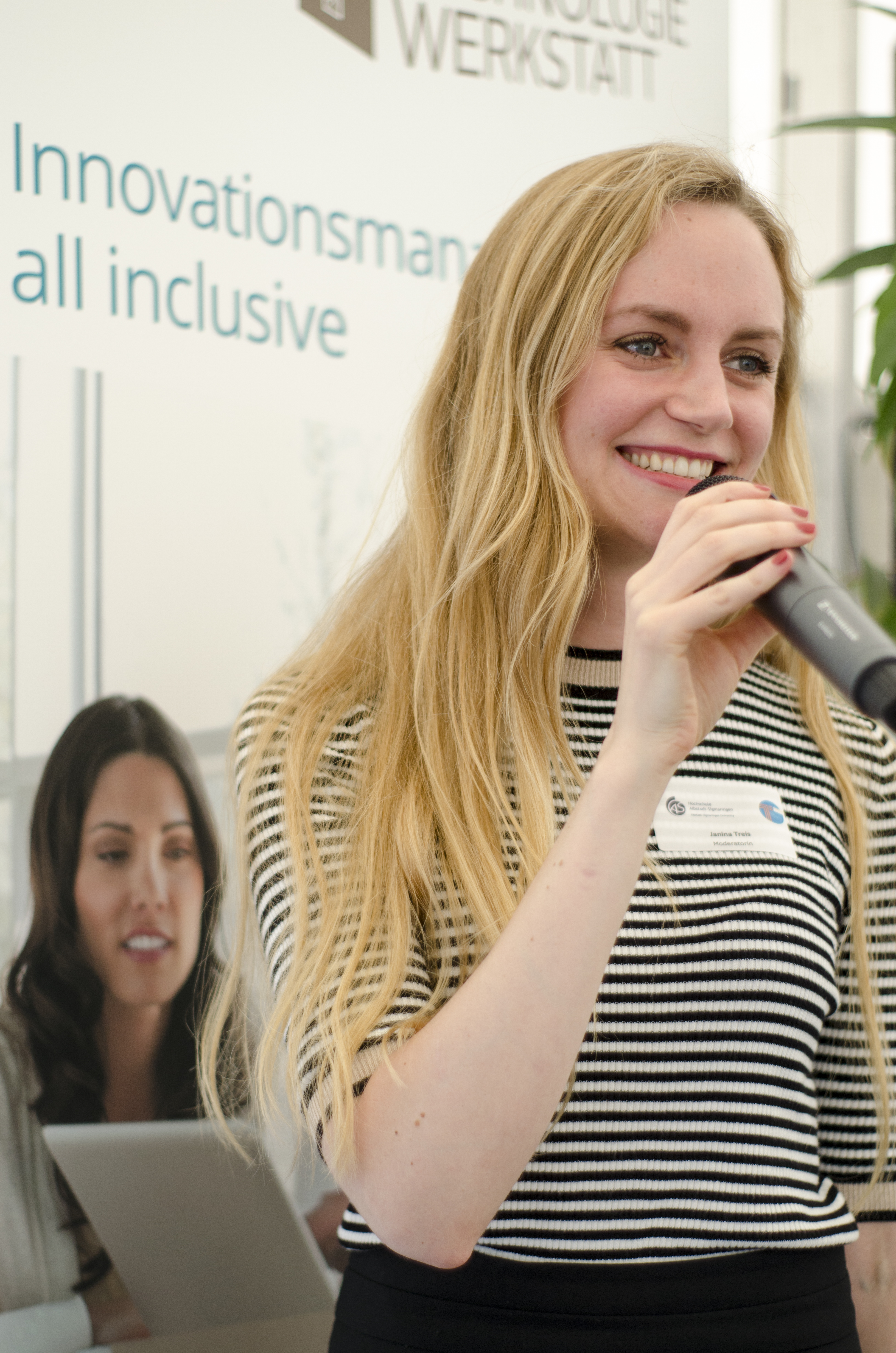 Janina Treis moderiert den Tag der Technik und stellt Projekte von ´Jugend Forscht´ vor.