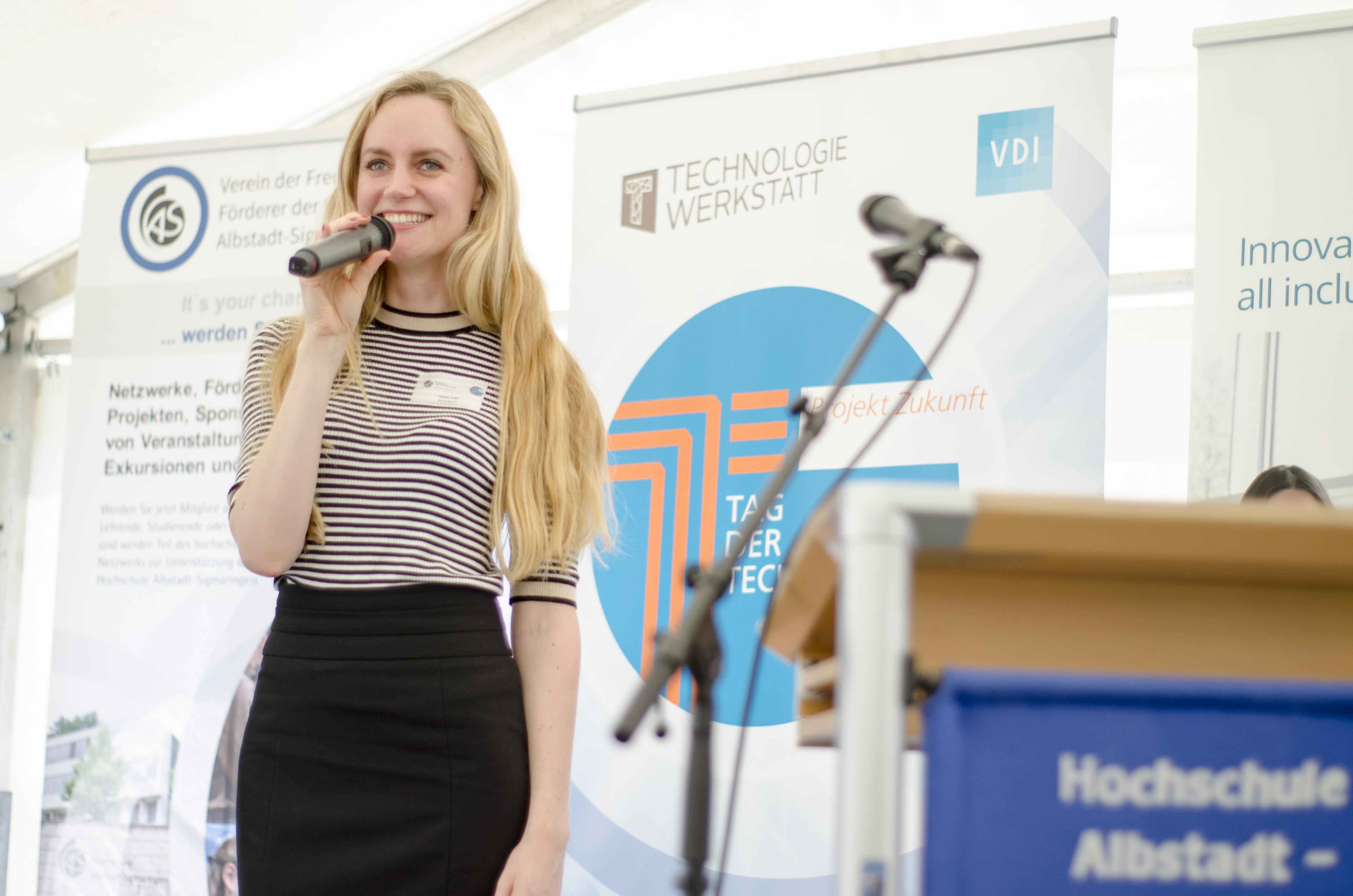 Moderatorin Janina Treis führte durch den Tag der Technik. Das Event war in die Nachhaltigkeits- & Industriewoche des Umweltministeriums und Wirtschaftsministeriums Baden-Württembergs eingebunden. Mehr als 60 Aussteller, ´Jugend forscht´-Projekte und spannende technische Produkte waren Teil des aufwändigen Programms.