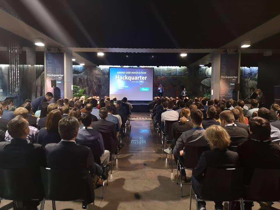 Moderatorin Janina Treis führte durch den Abend der Innovationen. Speaker von Microsoft, Detecon, DICE, InsurLab Germany & Ottonova standen mit der Moderatorin auf der Bühne. Keynotes kamen von Cisco, Alphajump und T-Systems.