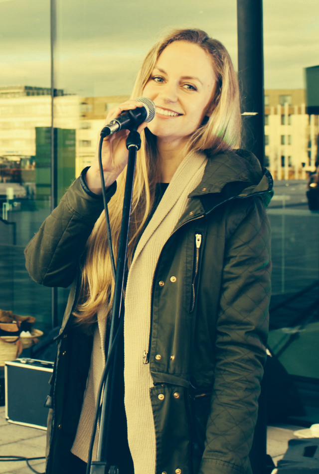 Janina Treis moderiert auf der Hochzeitsmesse in Stuttgart und begeistert auch gesanglich das Publikum.