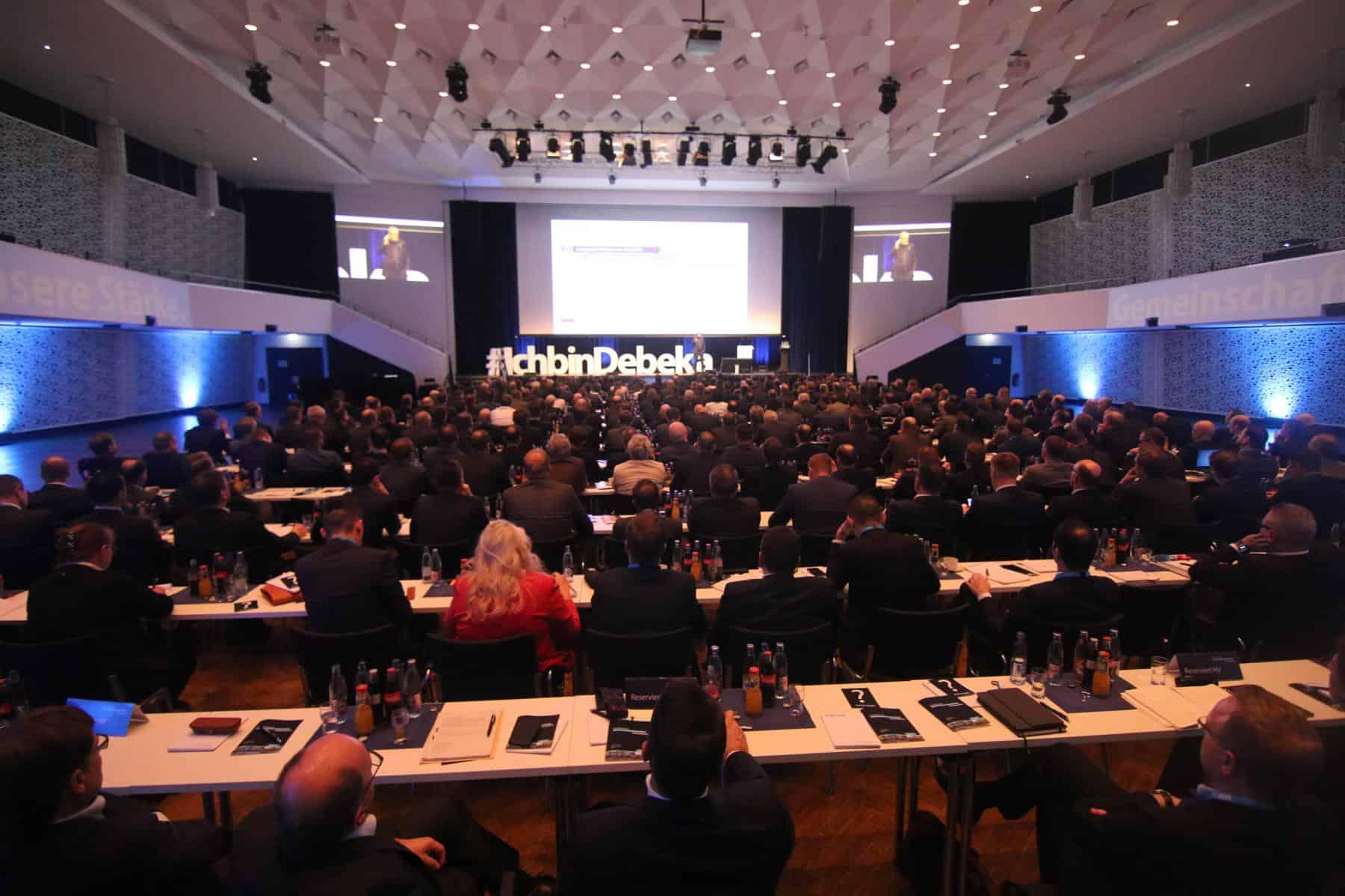 Moderatorin Janina Treis beim Debeka Kongress in der Rhein-Mosel-Halle in Koblenz.