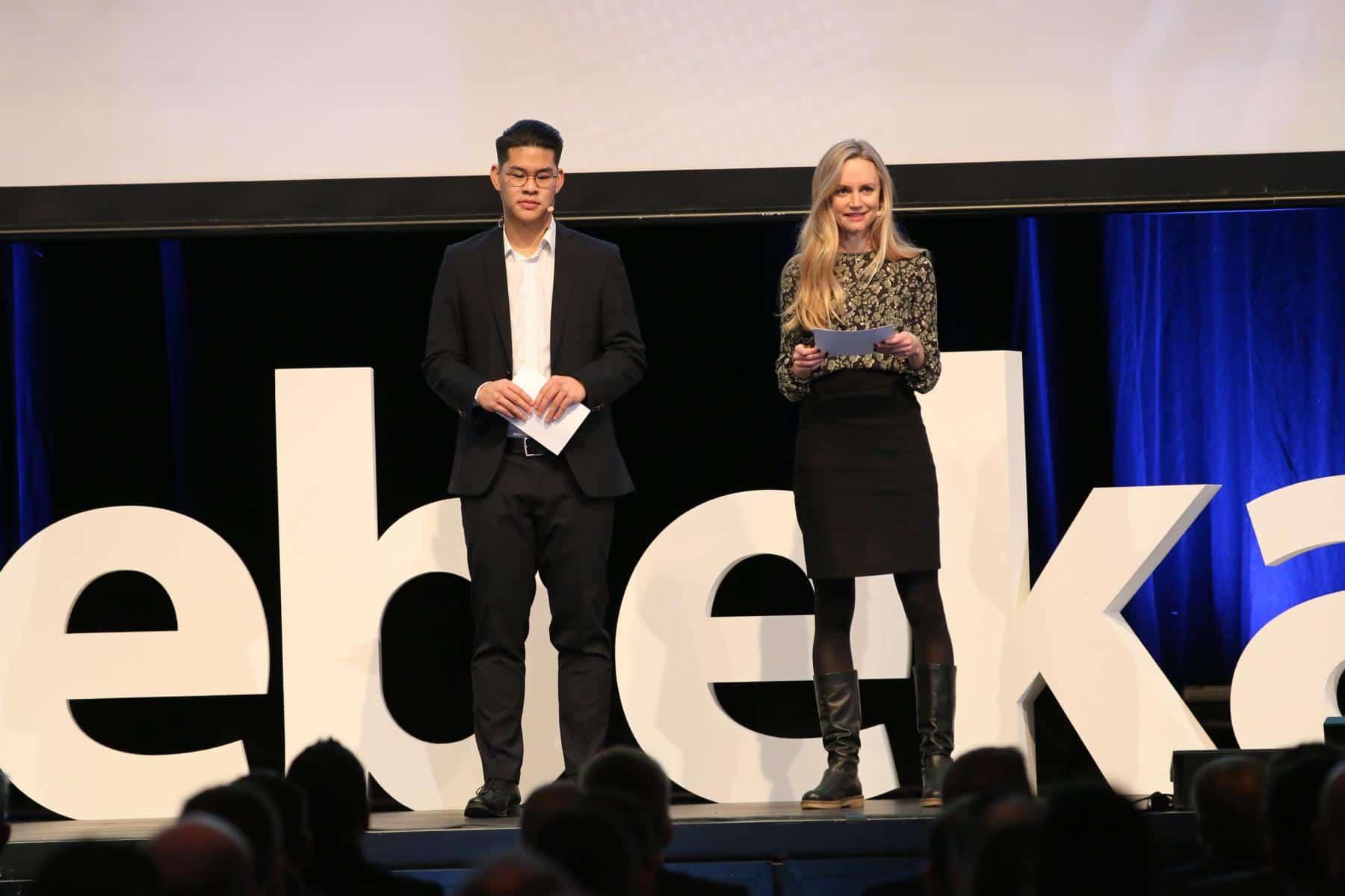 Janina Treis moderiert den Debeka Kongress in der Rhein-Mosel-Halle in Koblenz.