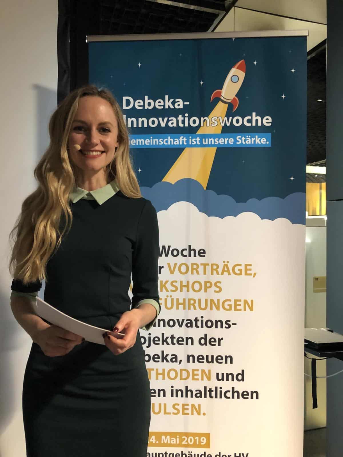 Janina Treis moderiert die Innovationswoche der Debeka und führt durch den Vorstands-Podiumstalk zum Thema ´Fehlerkultur´.