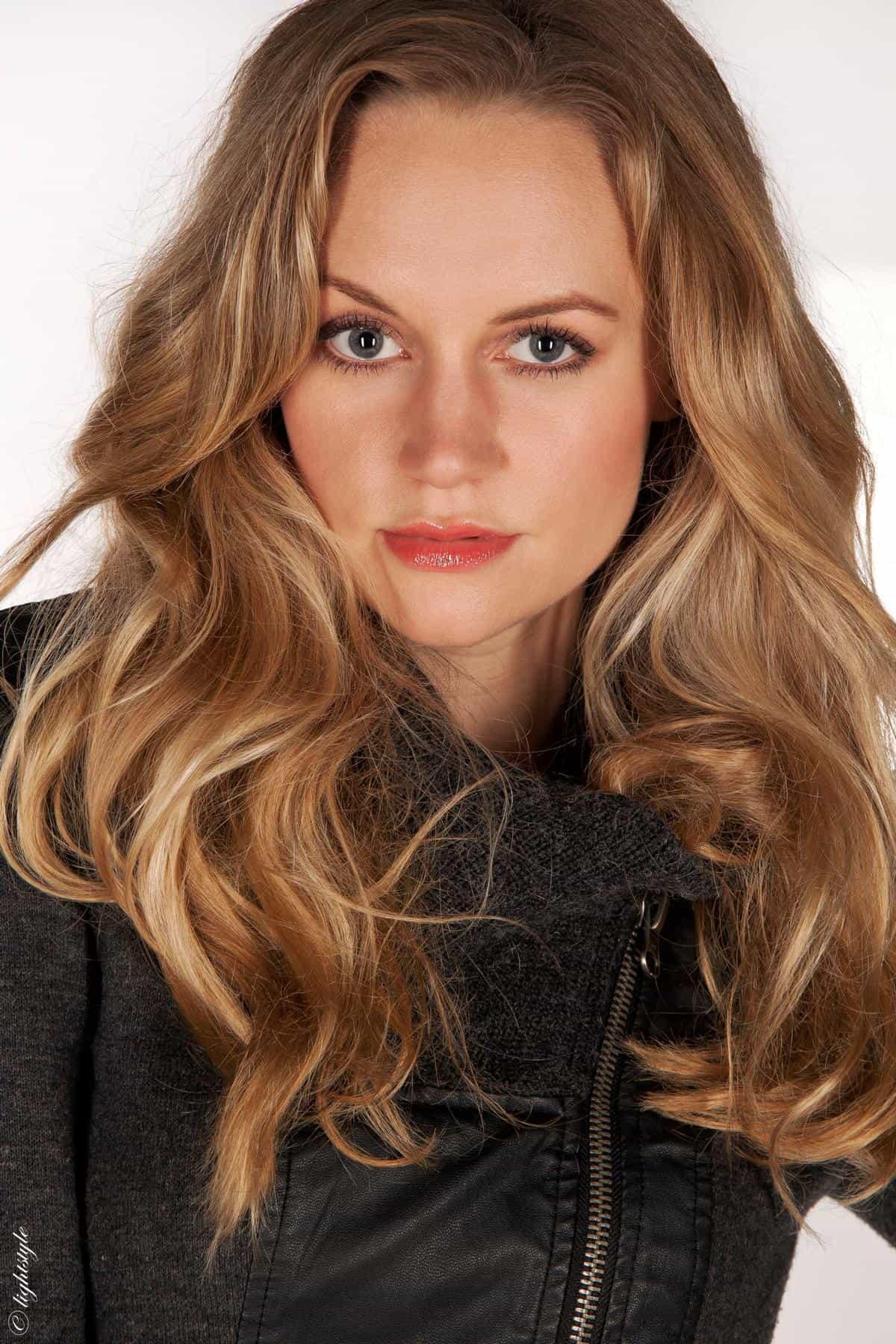 Janina Treis Treis ist eine Stuttgarter Moderatorin. Durch ihr schauspielerisches Talent wird sie regelmäßig für Werbe- & Filmaufnahmen gebucht. Kunden sind u.a.. BOSCH, Galileo, BW-Bank, WMF.