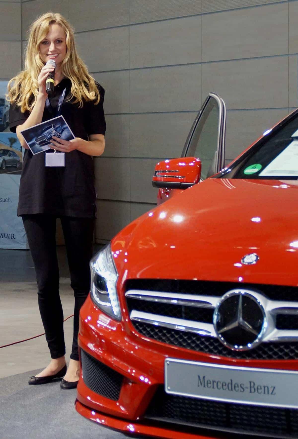 Janina Treis moderiert die Einführung der A-Klasse von Mercedes-Benz in Wörth/Germersheim. Begleitet von einem Kamerateam stellt die Moderatorin Ausstattungsvarianten vor und führt Gästeinterviews.