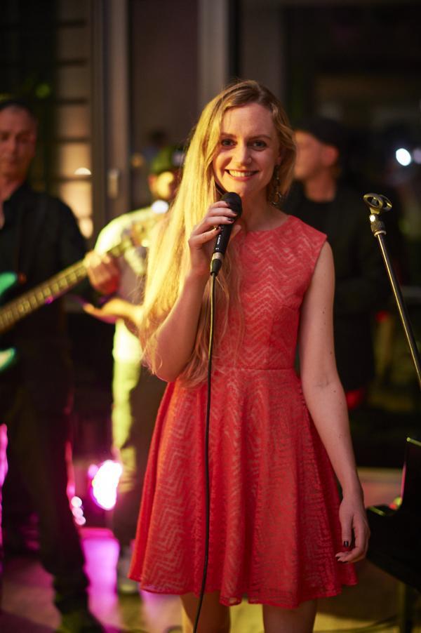 Janina Treis begeistert auch gesanglich am Mikrofon und moderiert ´Die Nacht der Stimmen´.