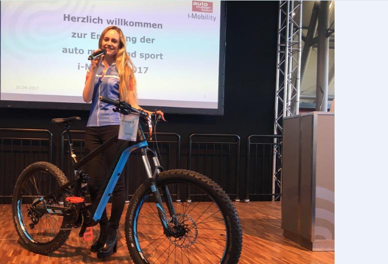 Die Stuttgarter Moderatorin Janina Treis führte durch die ´E-Bike Trends & Technik´ der Messe i-Mobility. Themen waren Akkureichweiten, Kostenfaktoren und Motorenvergleiche.