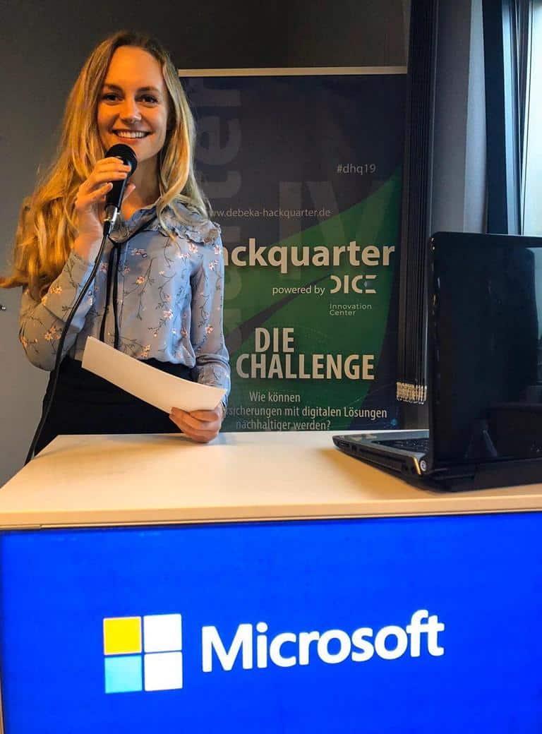 Janina Treis moderiert den großen Pitch des Debeka Hackquarters in Koblenz. Hier entwickelten Programmierer, Designer und Betriebswissenschaftler aus ganz Deutschland neue Ideen, welche sie nach 42h Vorbereitungszeit Vorstandsmitgliedern und Business Angels präsentierten.