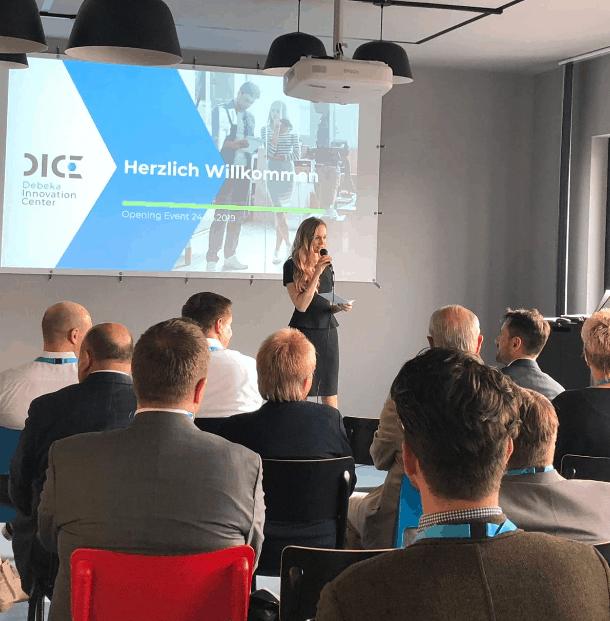 Janina Treis moderieriert die Eröffnung des Debeka Innovarion Centers.