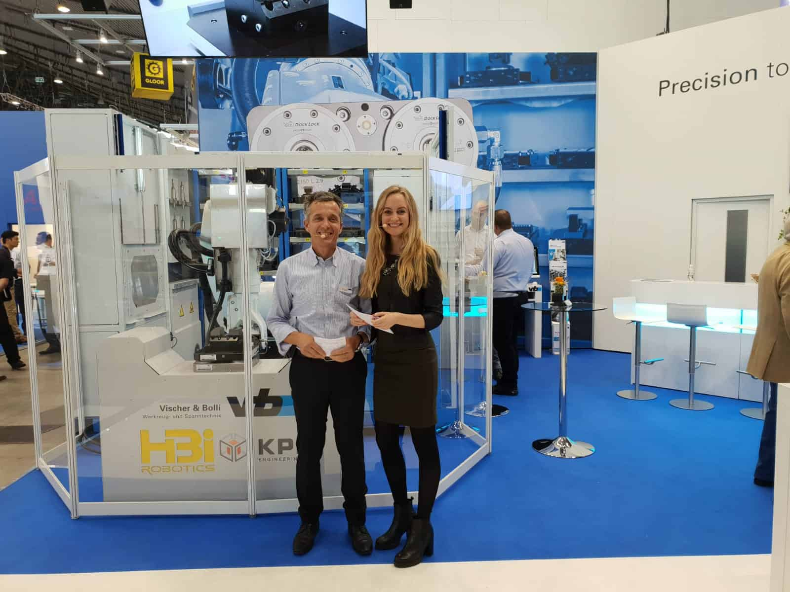 Janina Treis moderierte für Vischer & Bolli auf der Messe AMB, der internationalen Ausstellung für Metallbearbeitung, in Stuttgart. Die Moderatorin zeigte dem Publikum neue Gewindewerkzeuge, High-Performance-Fräser und Bohrer mit speziellen Kühlkanälen, sowie Automatisierungslösungen an Roboterzellen.