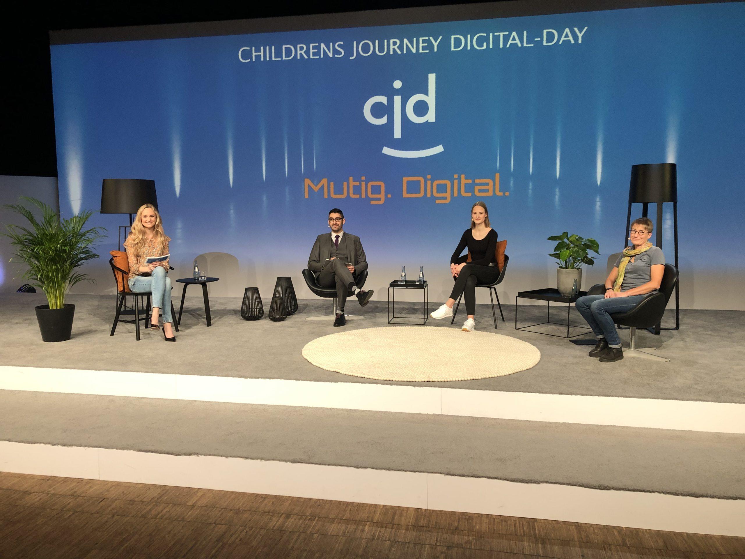 Janina Treis moderiert das Event des CJD zur Digitalisierung von Schulen.